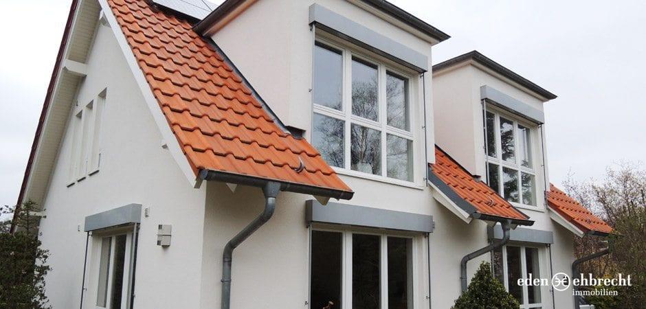 Klare Linien und großzügige Fensterflächen bilden den besonderen Charme dieses Hauses.