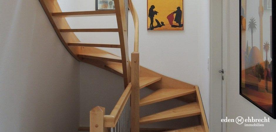Untere und obere Etage werden durch eine geschmackvolle Holz-Treppe verbunden.